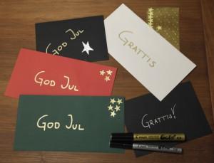 Röda, gröna, svarta och vita kuvert från Artoz. Dekorerade med guldstjärnor från Herma.
