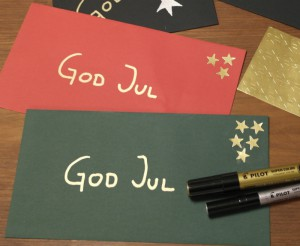 Röda, gröna och svarta kuvert från Artoz. Dekorerade med guldstjärnor från Herma.